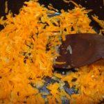 Фото рецепта - Минтай запеченный в духовке с овощами под сырно-сметанным соусом - шаг 1
