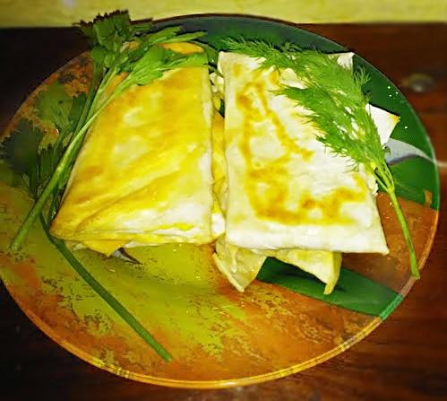 Сыр сулугуни с зеленью в жареном лаваше