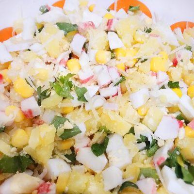 """Картофельный салат с кукурузой и крабами """"Жёлтая поляна"""" - рецепт с фото"""