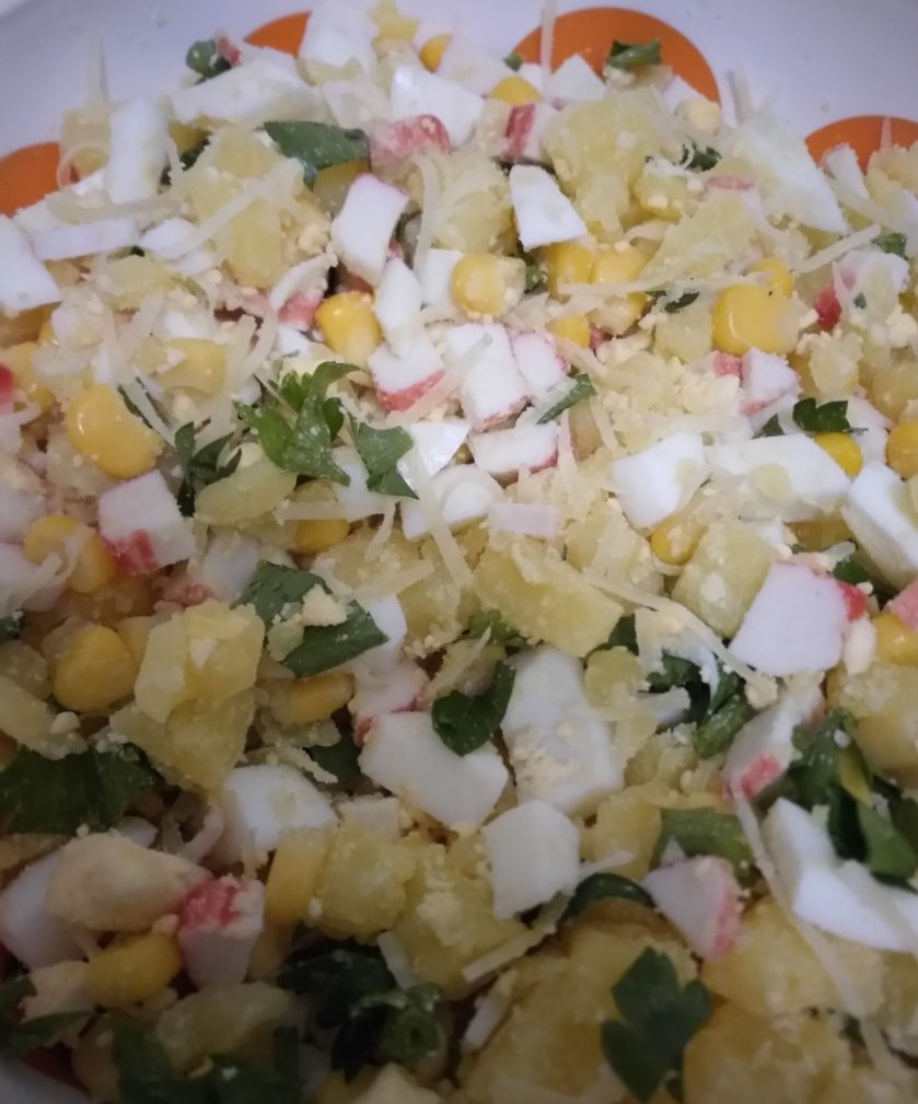 """Фото рецепта - Картофельный салат с кукурузой и крабами """"Жёлтая поляна"""" - шаг 4"""