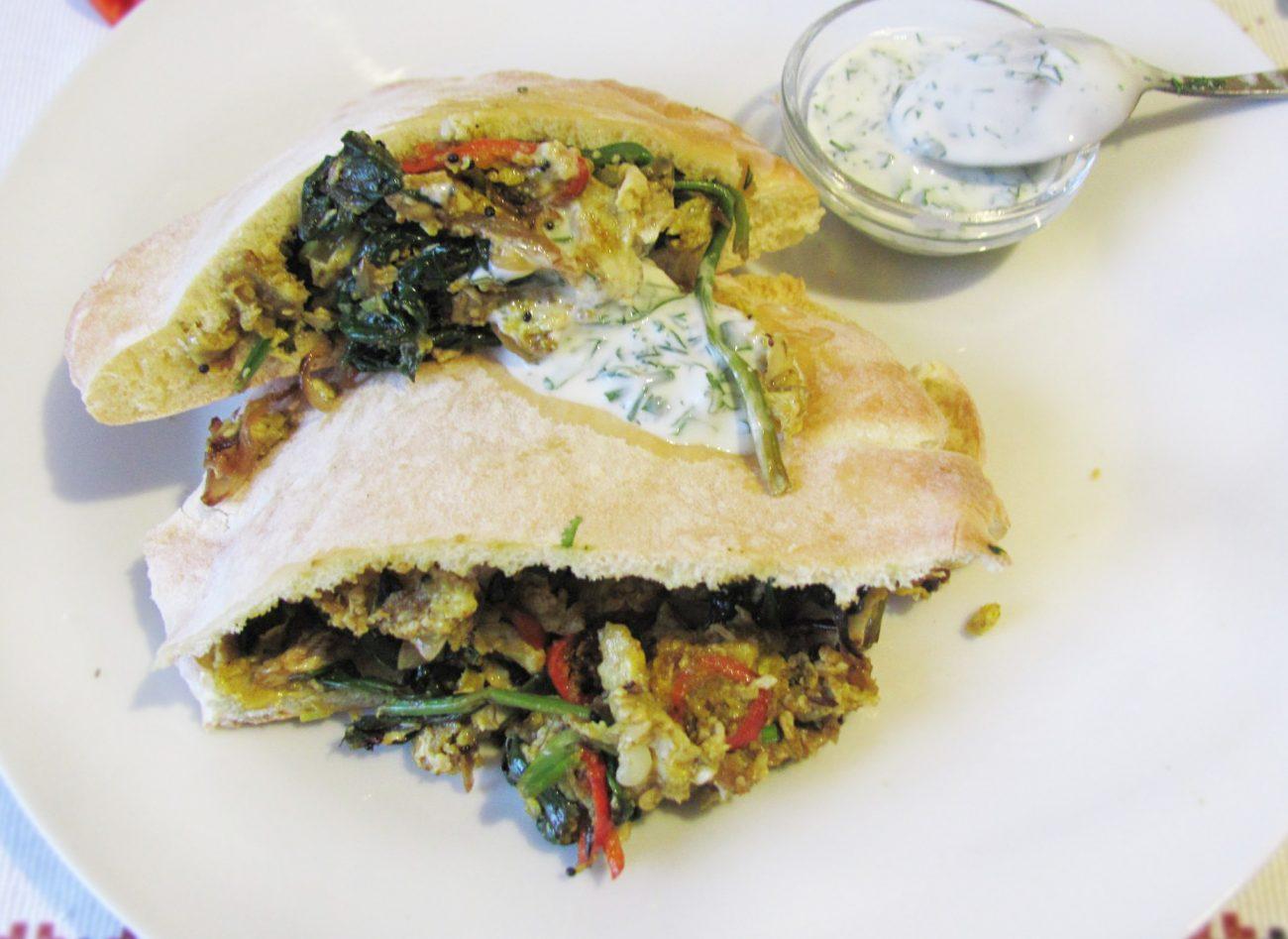 Индийский омлет со шпинатом в пите