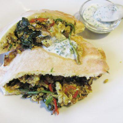 Индийский омлет со шпинатом в пите - рецепт с фото