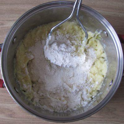 Фото рецепта - Вегетарианские картофельные котлеты в сырном соусе с шампиньонами - шаг 2