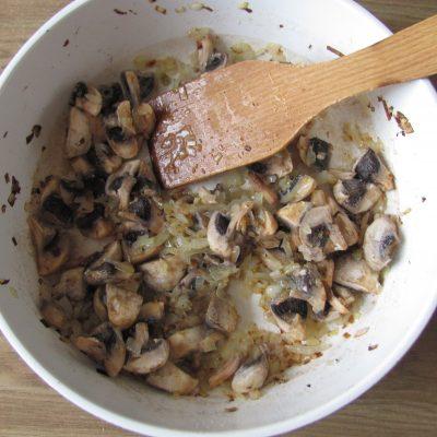 Фото рецепта - Вегетарианские картофельные котлеты в сырном соусе с шампиньонами - шаг 7