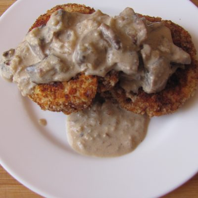 Фото рецепта - Вегетарианские картофельные котлеты в сырном соусе с шампиньонами - шаг 10