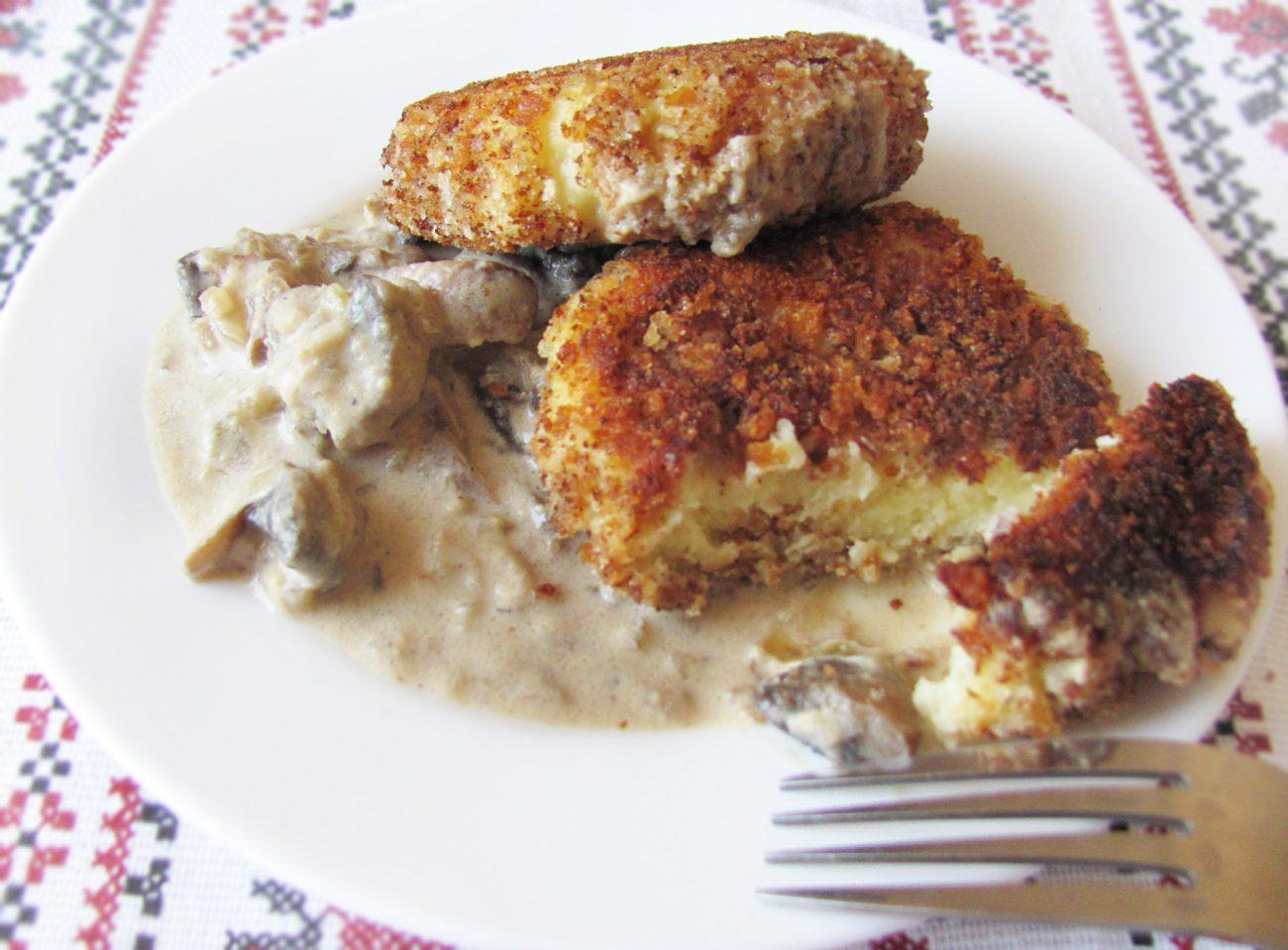 Вегетарианские картофельные котлеты в сырном соусе с шампиньонами