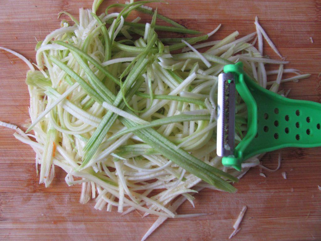 Фото рецепта - Спагетти с кабачком, морковью и мясным фаршем - шаг 1