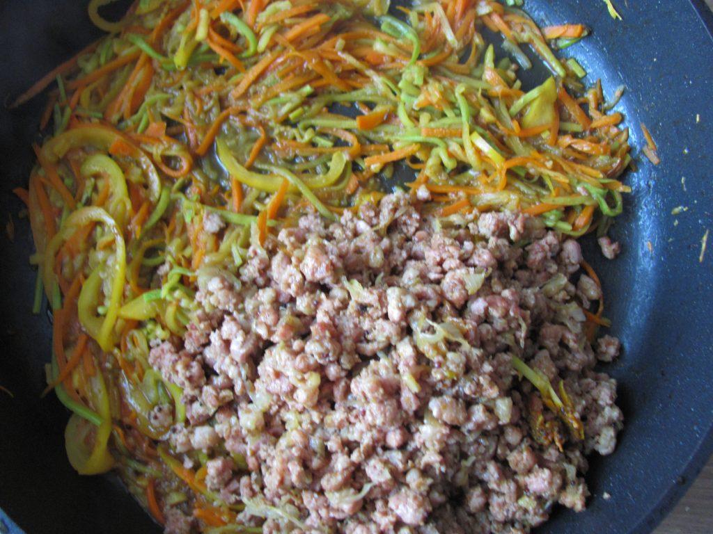 Фото рецепта - Спагетти с кабачком, морковью и мясным фаршем - шаг 13