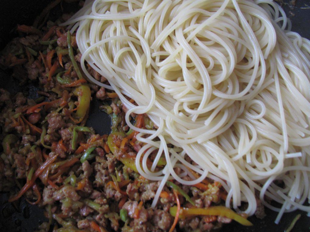 Фото рецепта - Спагетти с кабачком, морковью и мясным фаршем - шаг 15