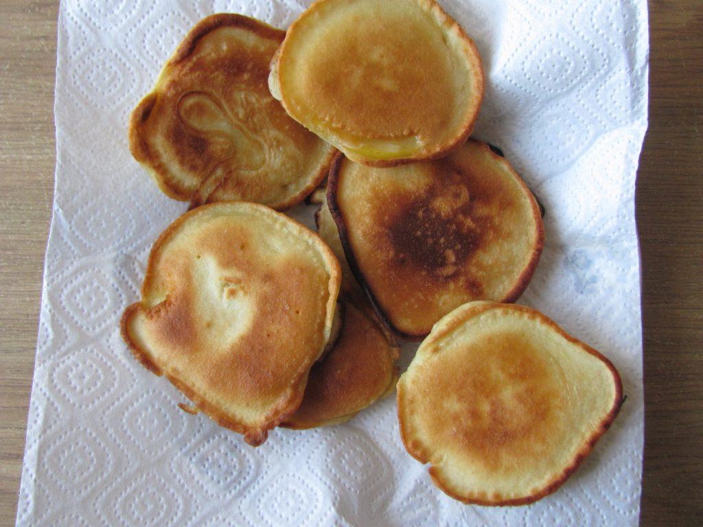 Фото рецепта - Яблочные дольки в кляре (оладьи) - шаг 6