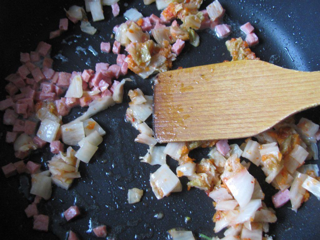 Фото рецепта - Острый рис по-корейски с кимчи и шпинатом (поккымпаб) - шаг 2