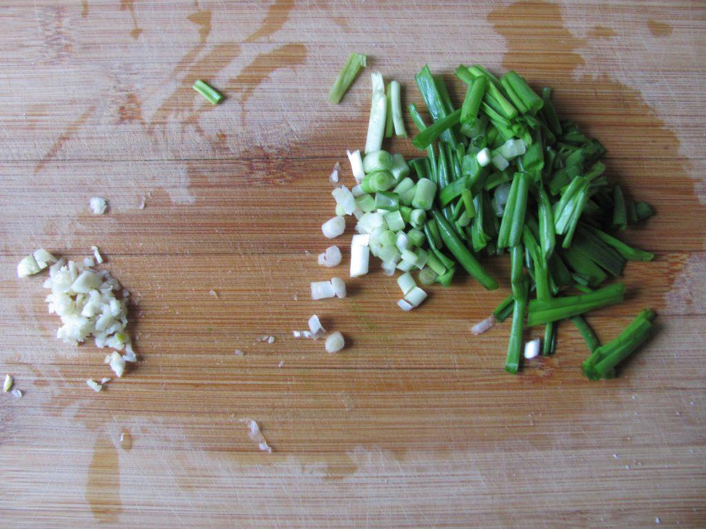 Фото рецепта - Острый салат из дайкона с мидиями - шаг 7