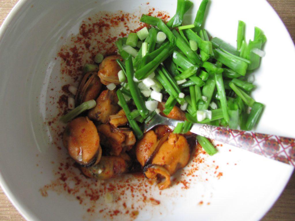 Фото рецепта - Острый салат из дайкона с мидиями - шаг 8