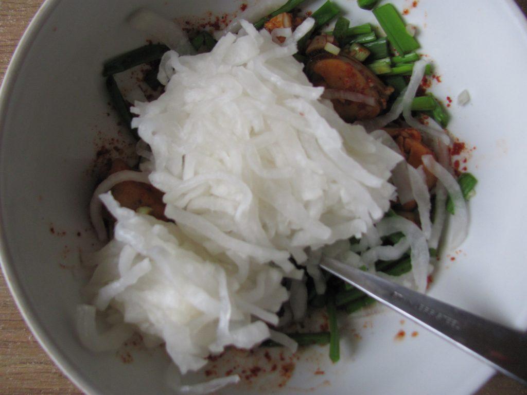 Фото рецепта - Острый салат из дайкона с мидиями - шаг 9