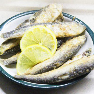 Жареная салака с лимоном - рецепт с фото