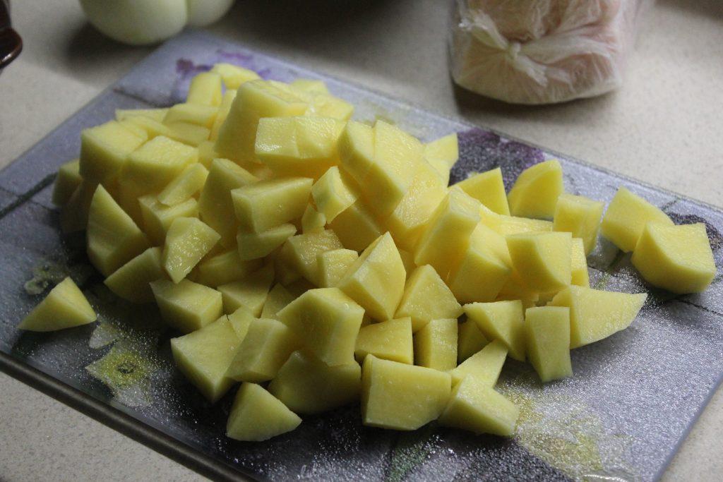 Фото рецепта - Картошка с луком и салом в горшочках - шаг 1
