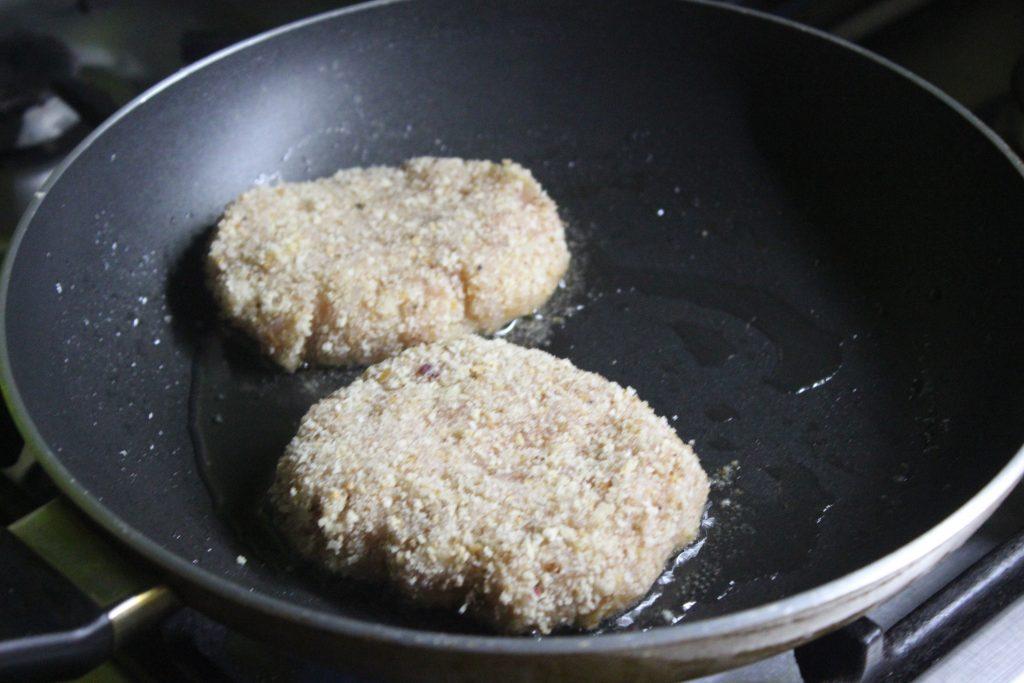 Фото рецепта - Домашний бургер с куриной котлетой - шаг 3