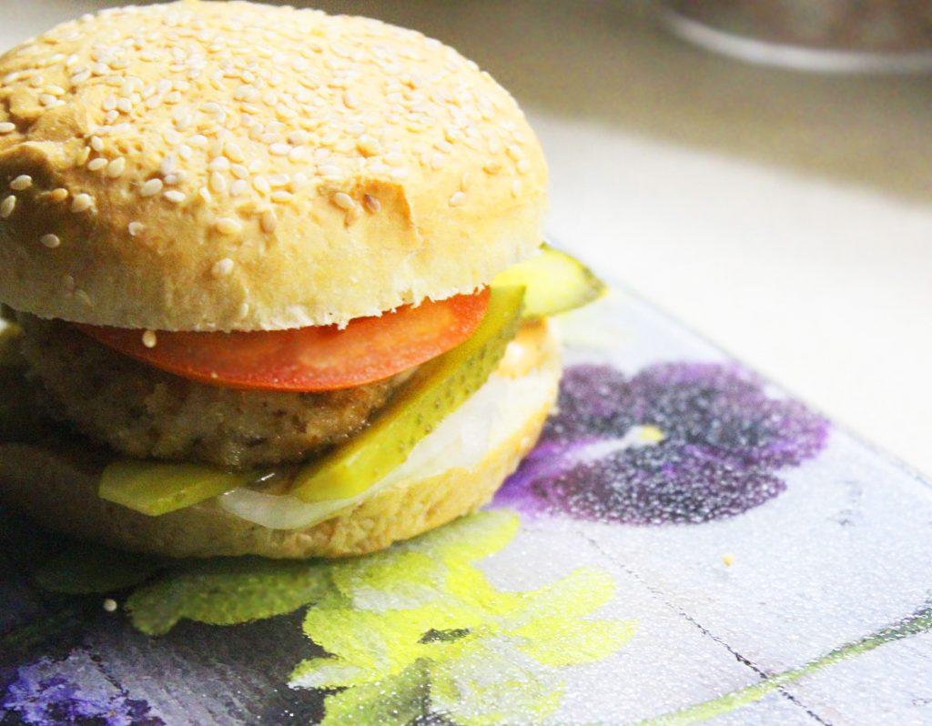 Фото рецепта - Домашний бургер с куриной котлетой - шаг 10