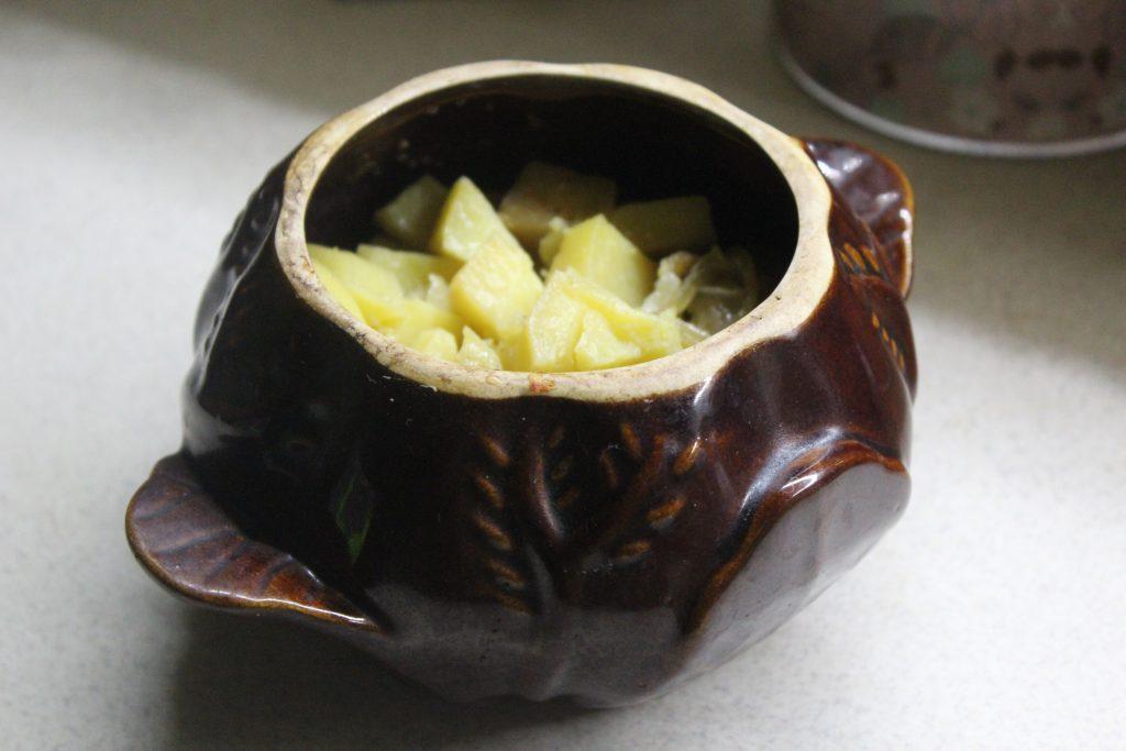 Фото рецепта - Картошка с луком и салом в горшочках - шаг 6