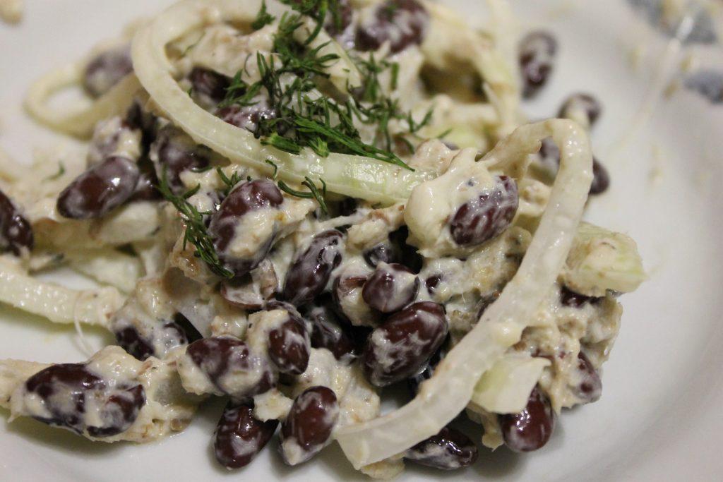 Фото рецепта - Салат с фасолью и рыбной консервой - шаг 6