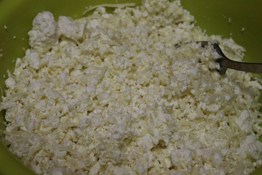 Фото рецепта - Треугольники из лаваша с творожно-сырной начинкой - шаг 2