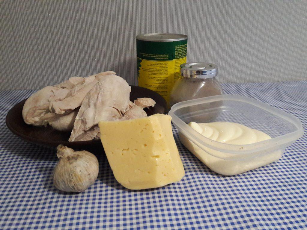 """Фото рецепта - Куриный салат """"Нежность"""" с ананасом и сыром - шаг 1"""