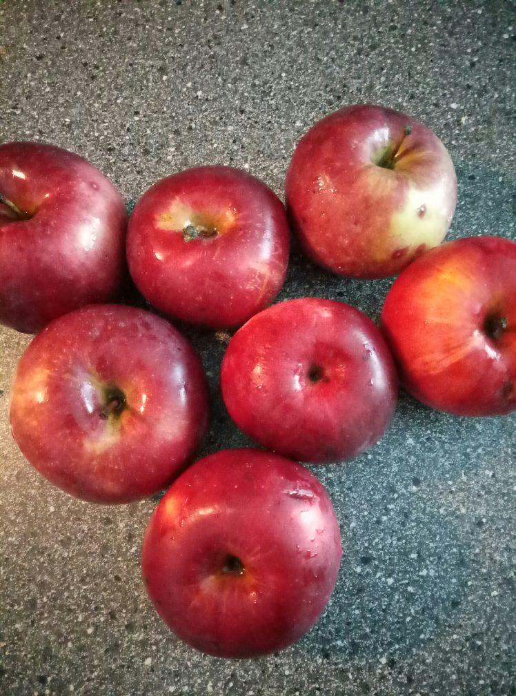 Фото рецепта - Печеные яблоки с творожно-ореховой начинкой - шаг 1