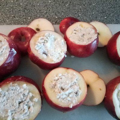 Фото рецепта - Печеные яблоки с творожно-ореховой начинкой - шаг 3