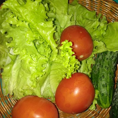"Фото рецепта - Свежий овощной салат с сухариками ""Хрустинка"" - шаг 1"