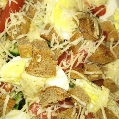 """Свежий овощной салат с сухариками """"Хрустинка"""" - рецепт с фото"""