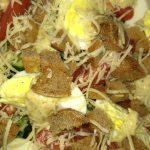 "Фото рецепта - Свежий овощной салат с сухариками ""Хрустинка"" - шаг 4"