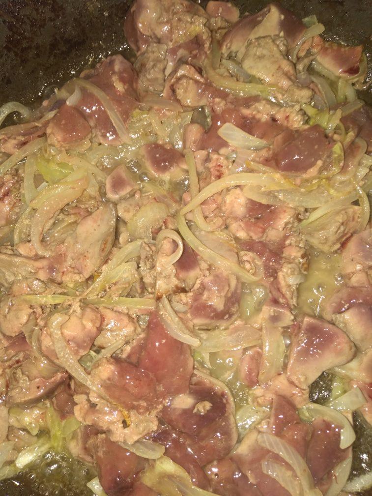 Фото рецепта - Куриная печень в луковом соусе - шаг 2