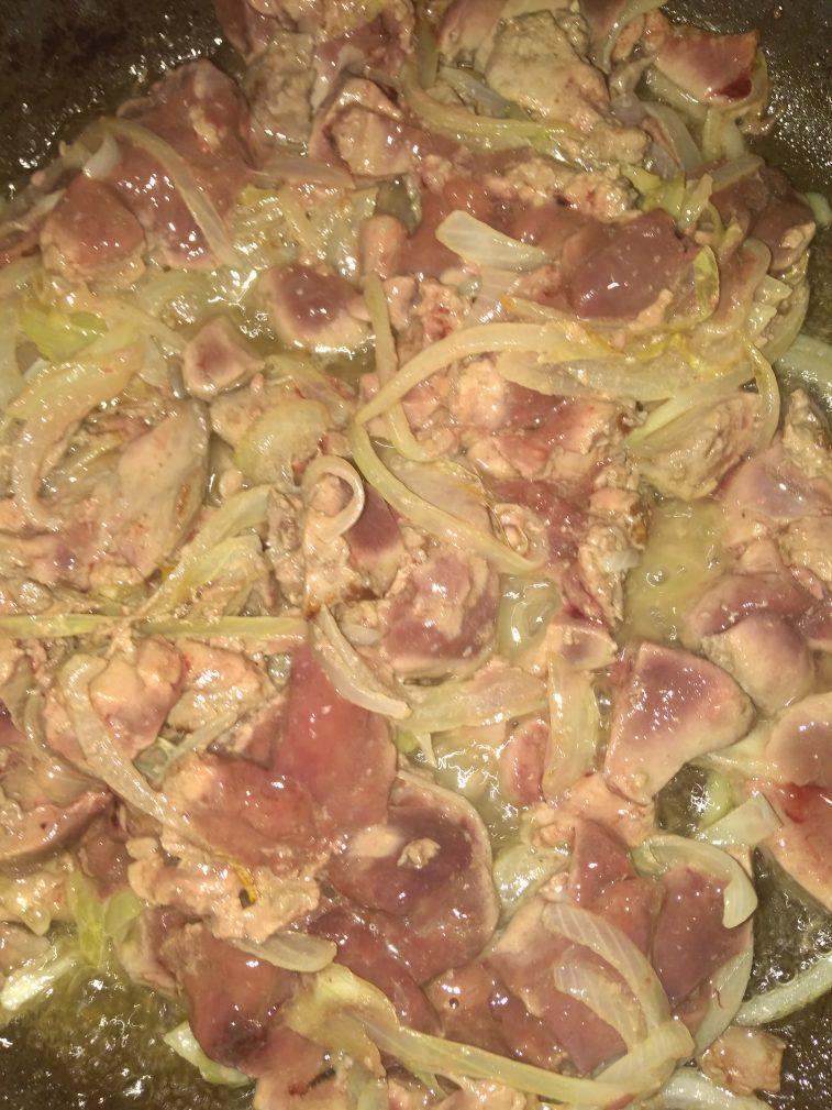 Фото рецепта - Куриная печень в луковом соусе - шаг 3