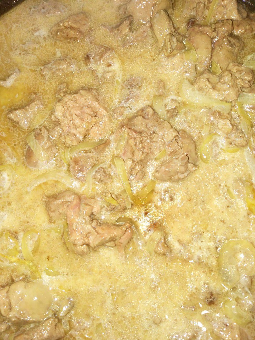 Куриная печень в луковом соусе