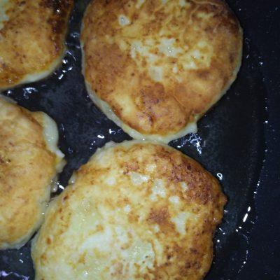 Фото рецепта - Сладкие сырники из домашнего творога - шаг 3