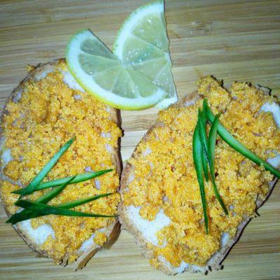 Бутерброды с жареной икрой из карпа - рецепт с фото