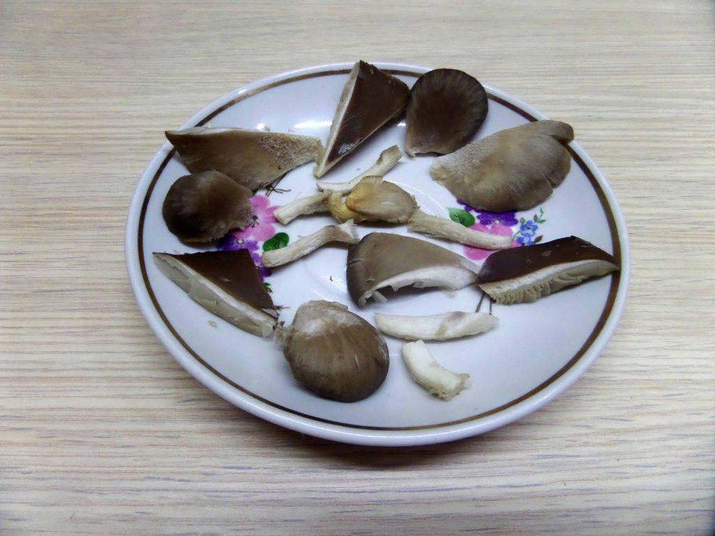 Фото рецепта - Жаркое горшочках из картофеля и свинины с вешенками - шаг 2