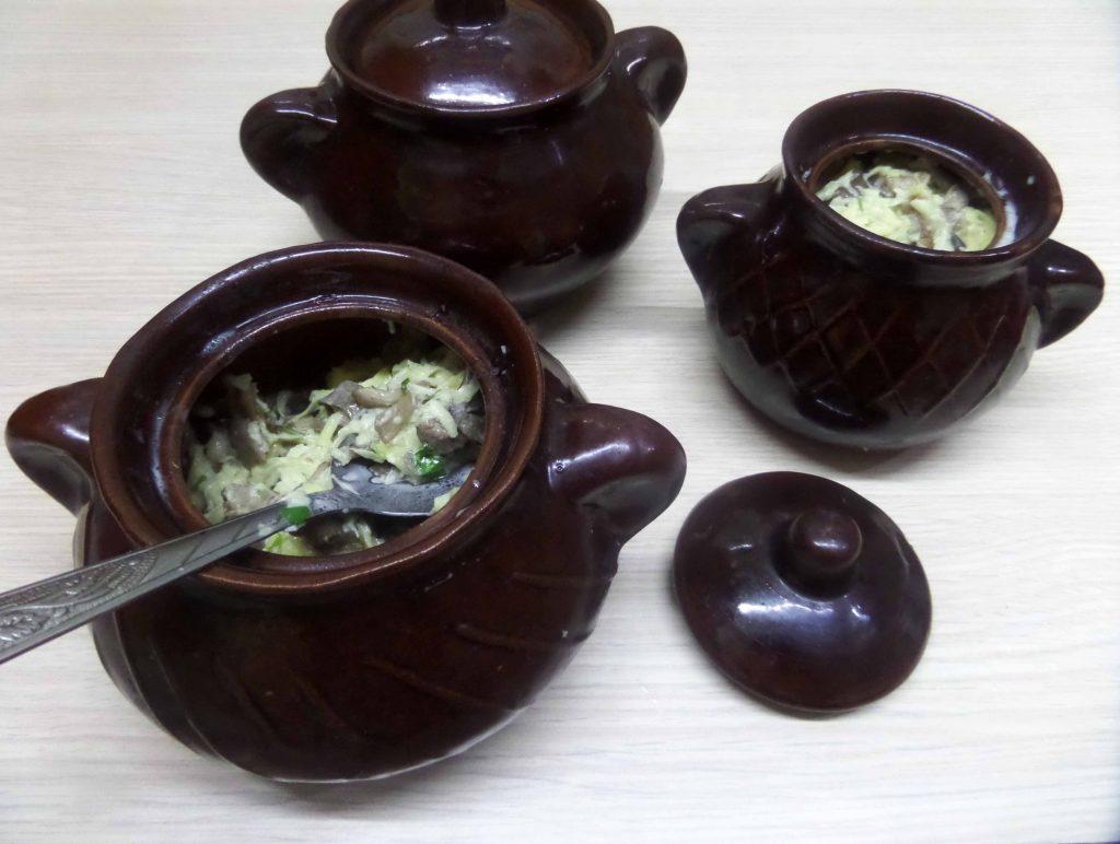 Фото рецепта - Жаркое горшочках из картофеля и свинины с вешенками - шаг 10