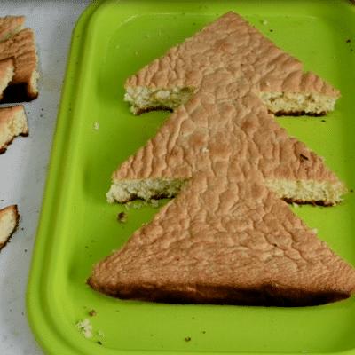 "Фото рецепта - Бисквитный торт ""Новогодняя ёлка"" - шаг 5"
