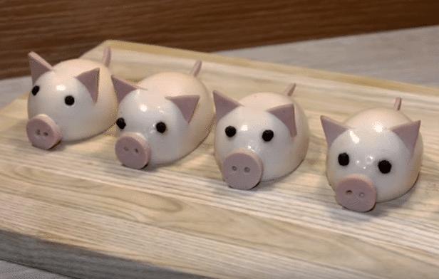 Фото рецепта - Новогодние свинки из фаршированных яиц - шаг 8