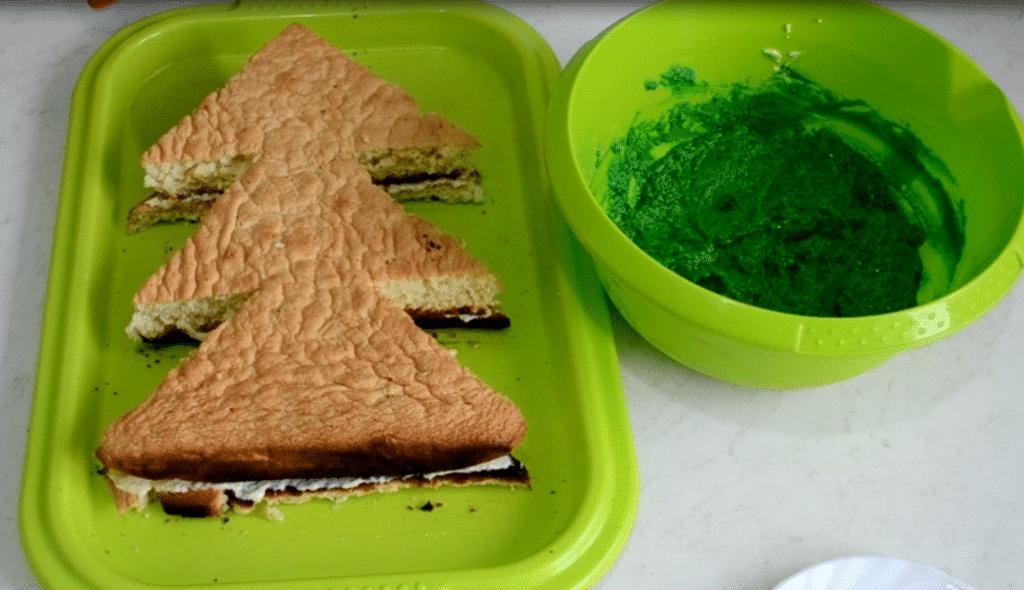 "Фото рецепта - Бисквитный торт ""Новогодняя ёлка"" - шаг 8"