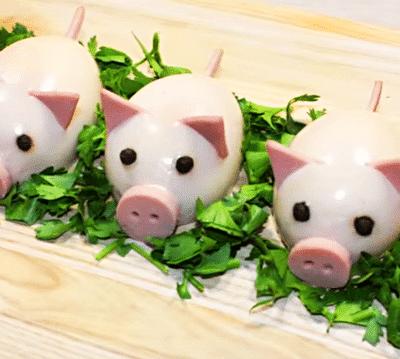 Новогодние свинки из фаршированных яиц - рецепт с фото