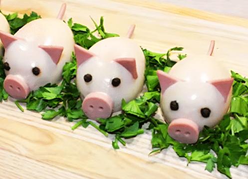 Новогодние свинки из фаршированных яиц