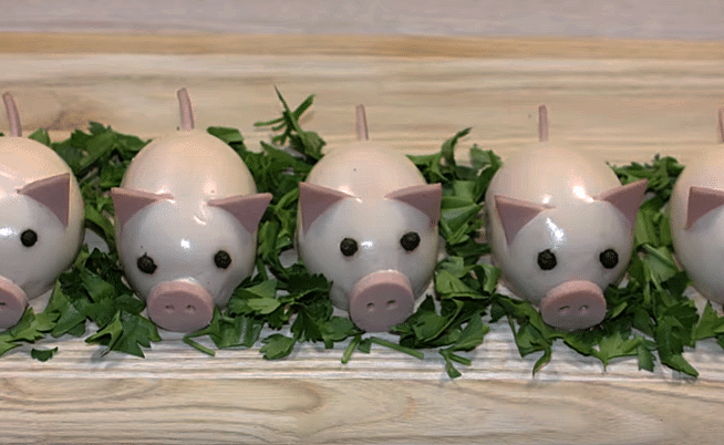 Фото рецепта - Новогодние свинки из фаршированных яиц - шаг 9