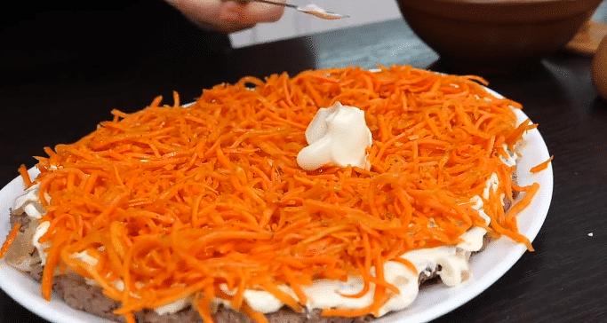 """Фото рецепта - Слоеный салат с печенью, корейской морковью """"Свеча на ветру"""" - шаг 3"""
