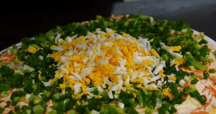 """Фото рецепта - Слоеный салат с печенью, корейской морковью """"Свеча на ветру"""" - шаг 5"""