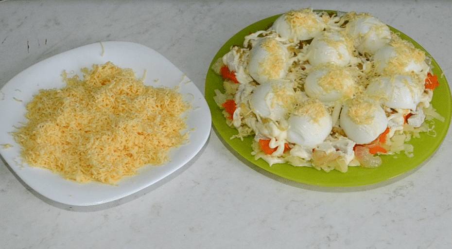 """Фото рецепта - Салат """"Снежные сугробы"""" с курицей и яйцами - шаг 14"""