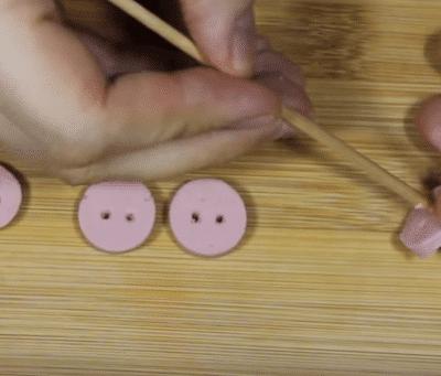 Фото рецепта - Новогодние свинки из фаршированных яиц - шаг 5