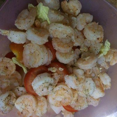 Фото рецепта - Диетический салат из пекинской капусты с черри и креветками - шаг 4