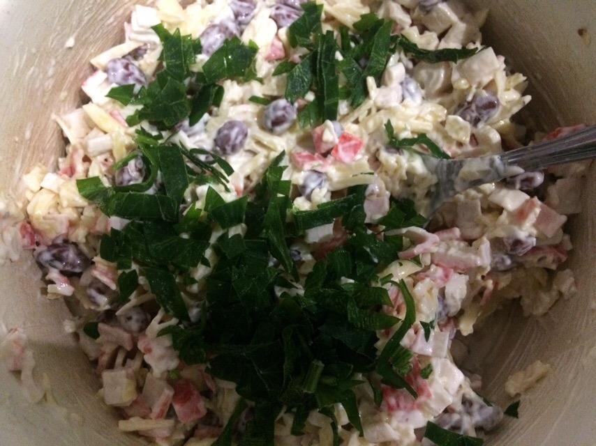 Фото рецепта - Нетипичный крабовый салат с сыром и фасолью - шаг 5